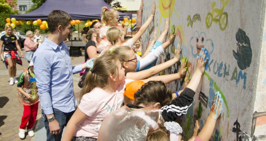 Konsultacje z dziećmi na rynku starego miasta w Debrznie